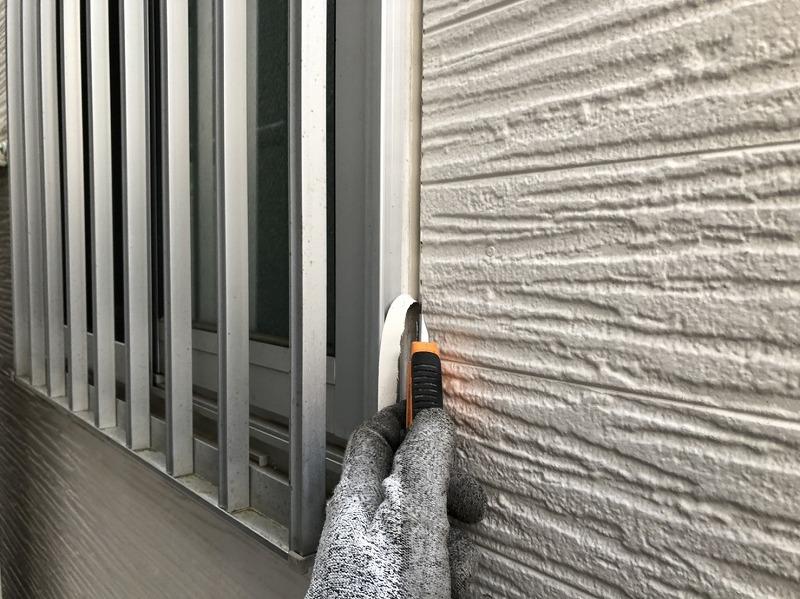 サイディング外壁で一番劣化の早いシール部分を取り替えるため、シールをキレイに取り外します。