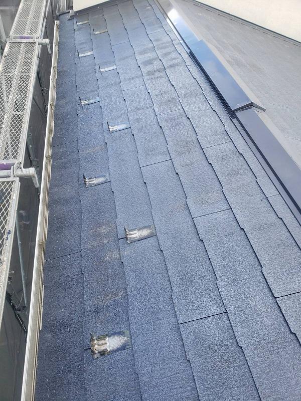 屋根の下塗りが始まりました。この段階でひび割れ等の状態を丁寧にチェックしていきます。