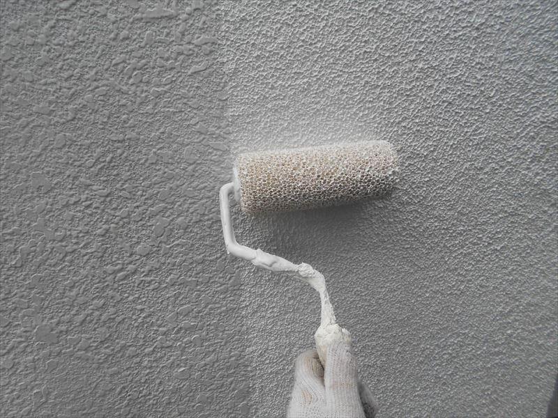 ひび割れが多い箇所は、マスチック工法で専用のローラーを使って塗膜を厚塗りにすることで、外壁の耐久性をもたせます。