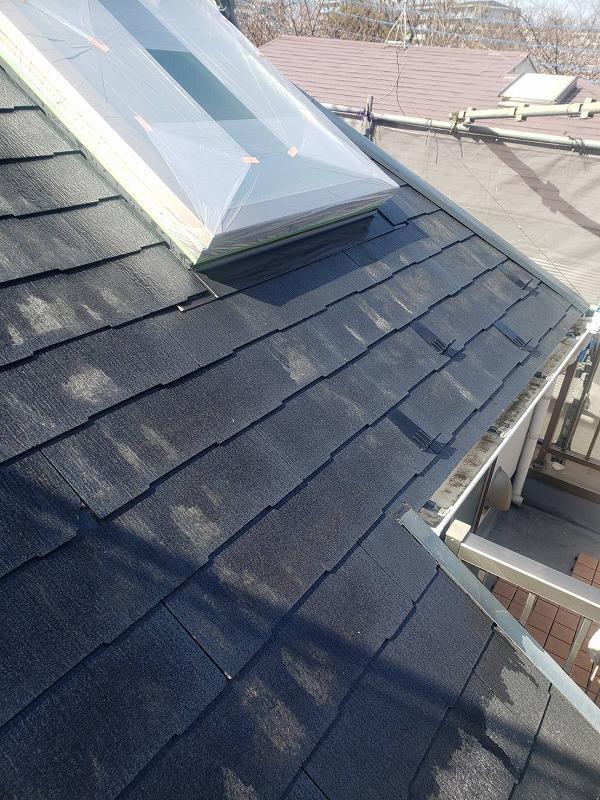 屋根の下塗り材は、その後に塗る塗料と瓦の密着性を高める効果があります。