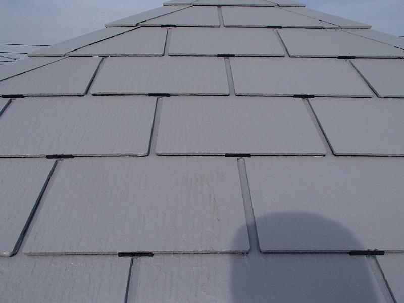 塗料で屋根の隙間を埋めないように、瓦の隙間に一定間隔でタスペーサーを差し込んでいます。