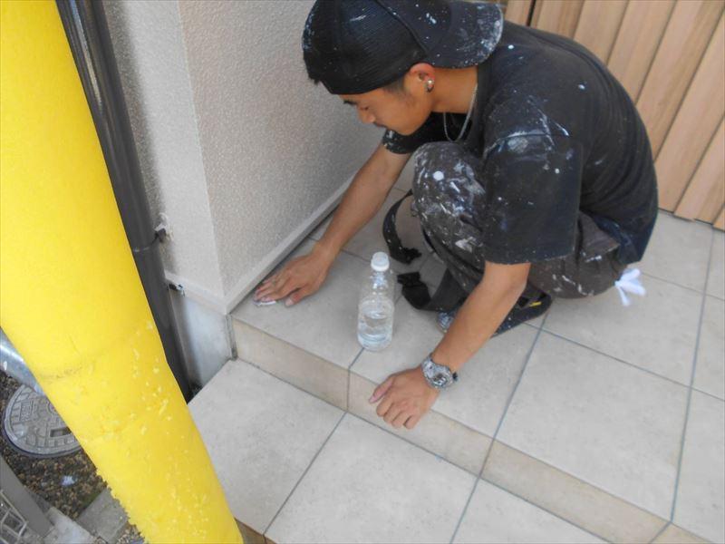 養生をしていても塗料で汚れることがあるので、必ず最後にチェックして不要な塗料はしっかりと落とします。