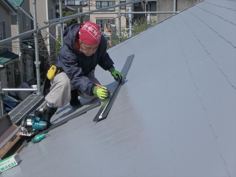 木製の貫板から腐らない樹脂製の貫板に交換します。貫板は現場で採寸して、必要な長さにカットしていきます。
