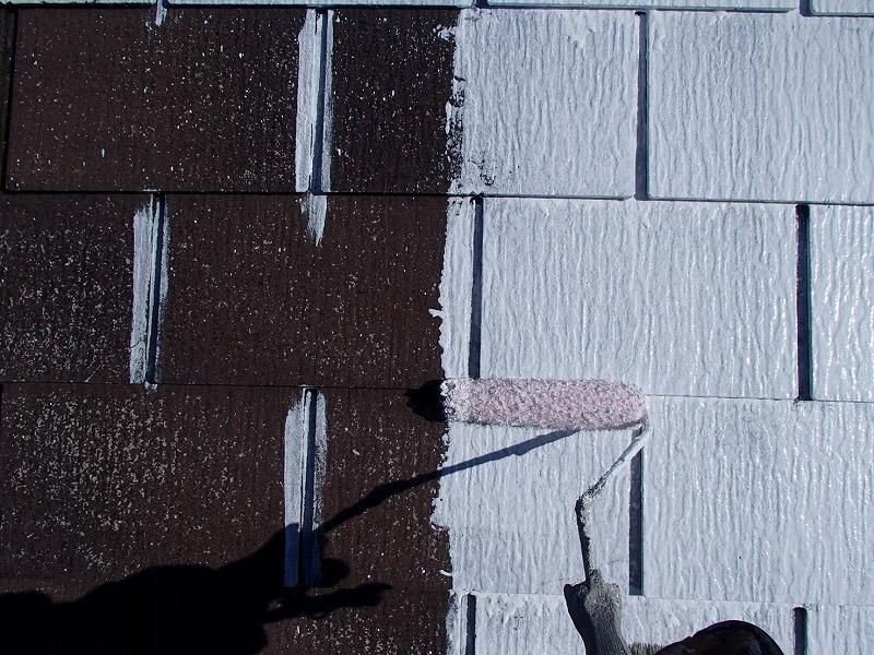 屋根の下塗りは、塗りムラが出ないようにスレート瓦の隙間部分をしっかりと塗装して、全体を塗っていきます。