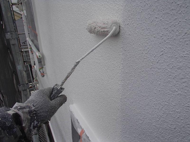下塗りの半透明な白の下に元の外壁の白が透けて見えるので、白系のトップコートは写真ではあまり区別が付きません。
