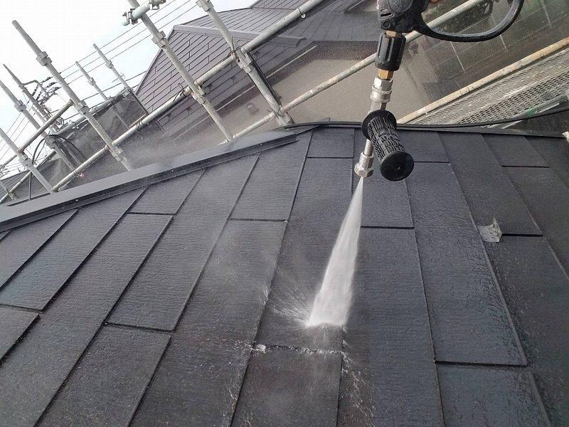 屋根の洗浄を行っています。