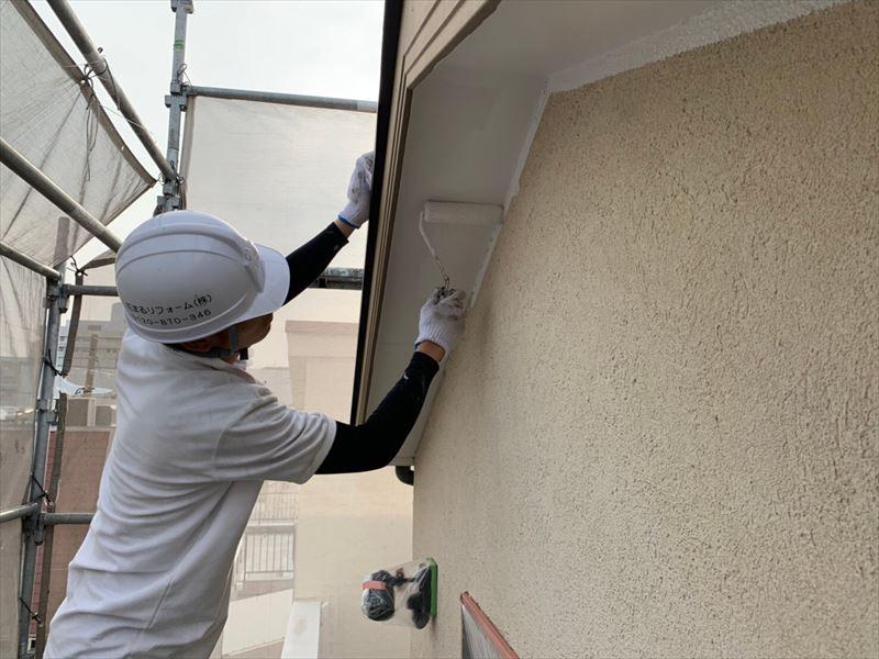 軒天を塗装しています。