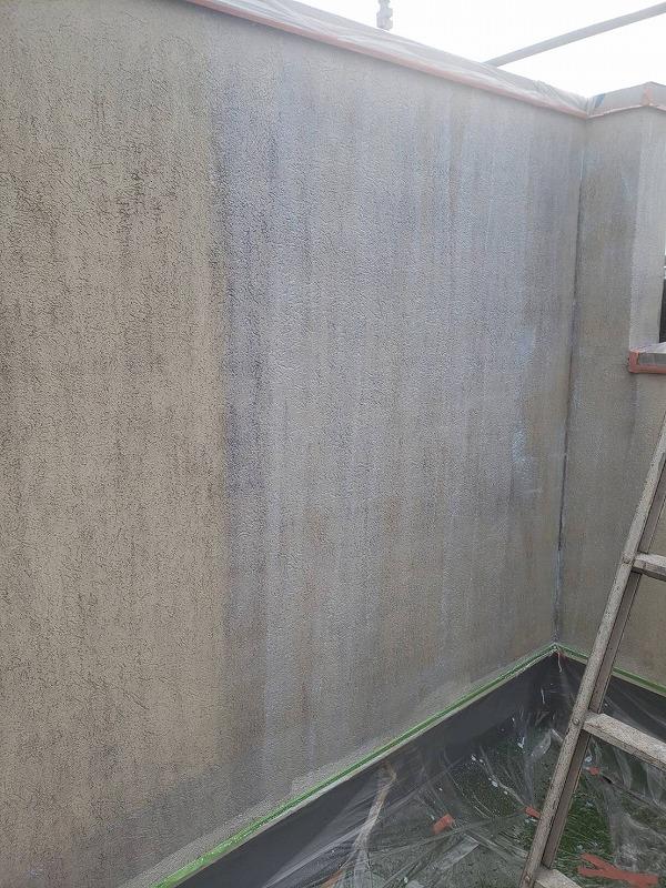 こちらはベランダの内壁の下塗り。床が汚れないようにシートで養生をして作業しています。