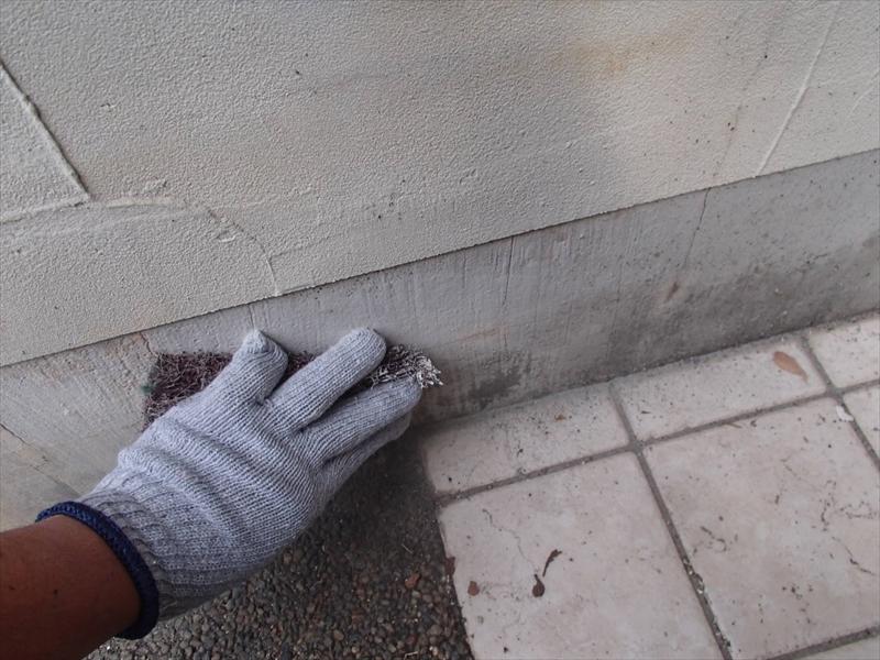 追加で塀の塗装をすることになり、基礎部分の塗料が付きやすいようにケレン作業を行います。