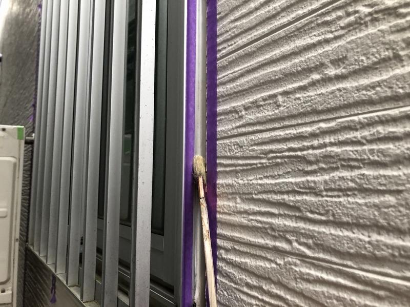 外壁部分とシールの密着を良くするためプライマーを塗っています。