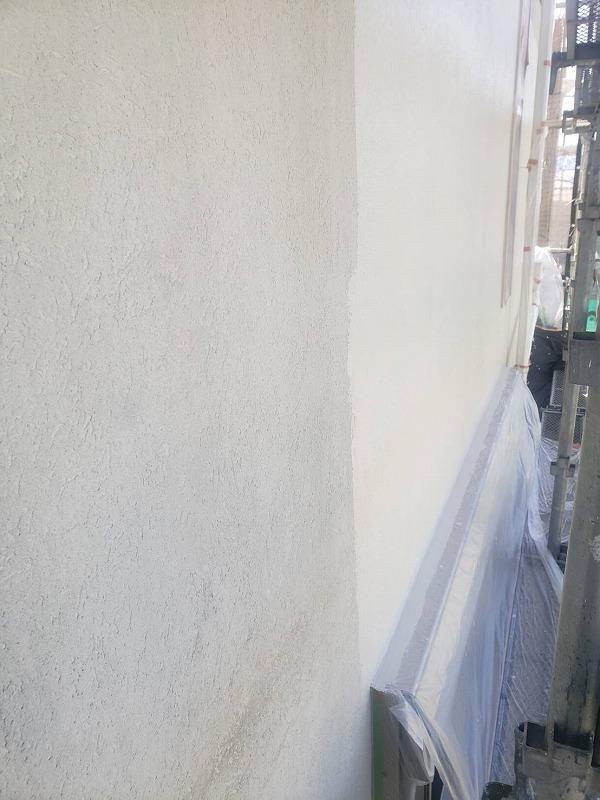 外壁の中塗りです。窓やシャッターボックスをしっかりと養生して作業しています。