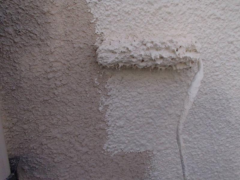 外壁の中塗りをしています。外壁がでこぼこしているので、凹凸部分にピッタリと付くように毛足の長いローラーで塗装しています。