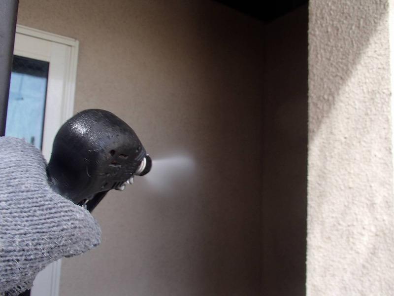 こちらも外壁の高圧洗浄の様子です。