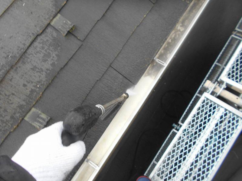屋根や雨樋をきれいに洗浄していきます。