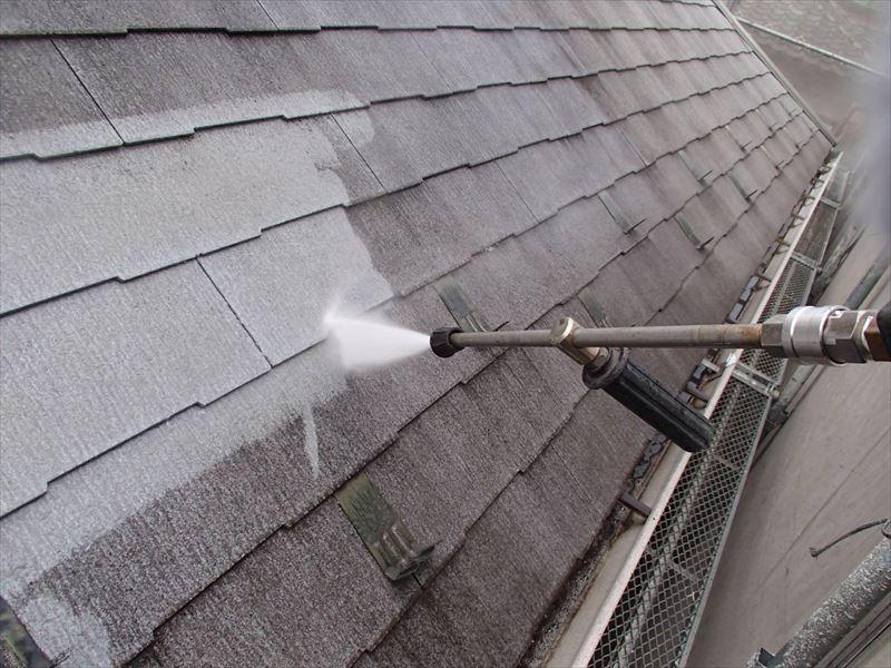 屋根の汚れをきれいに洗い流しました。