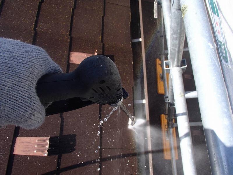 屋根とともに雨樋の中もしっかりと洗い流していきます。
