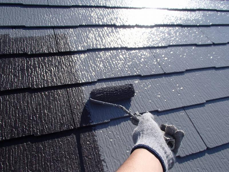 屋根の中塗りです。今回は遮熱効果の高いグレーで塗装しています。