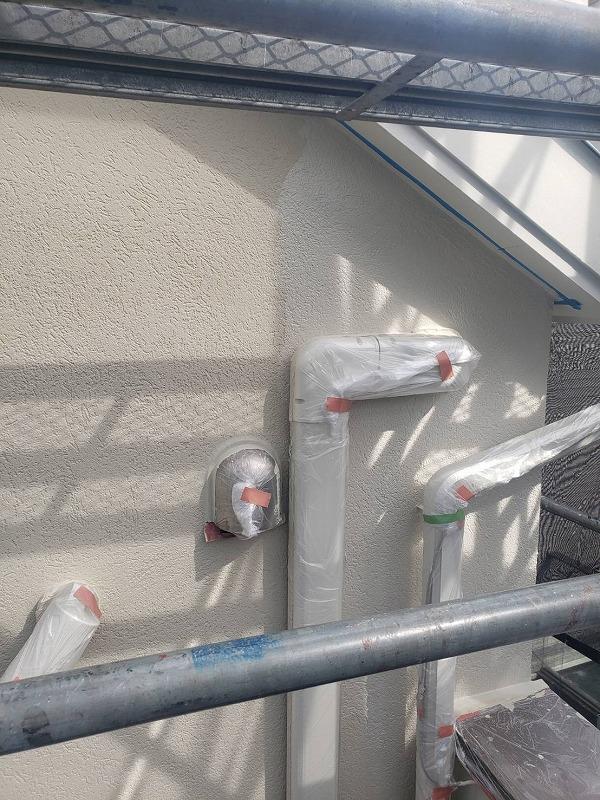 雨樋やエアコンの配管・換気カバーと細かい部分が多い場所もしっかりと養生をして塗装しています。