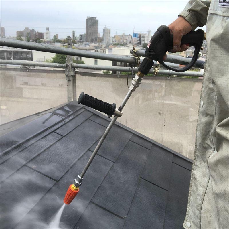 屋根を高圧洗浄機で洗っていきます。