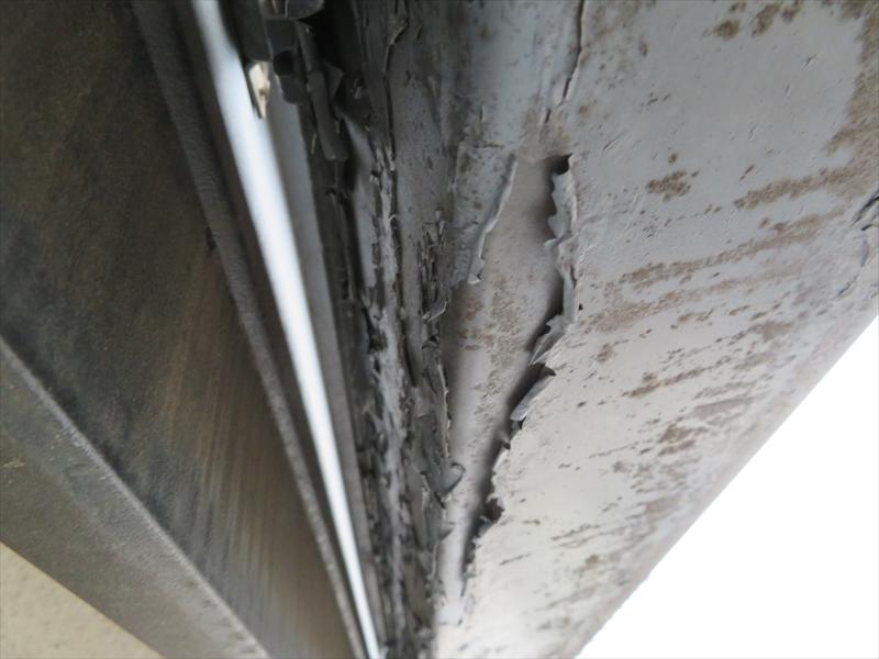前回雨樋に塗った塗料が剥がれています。できるだけケレンで剥がして再塗装しますが、こうなると雨樋を交換しない限り塗料が剥がれやすくなります。