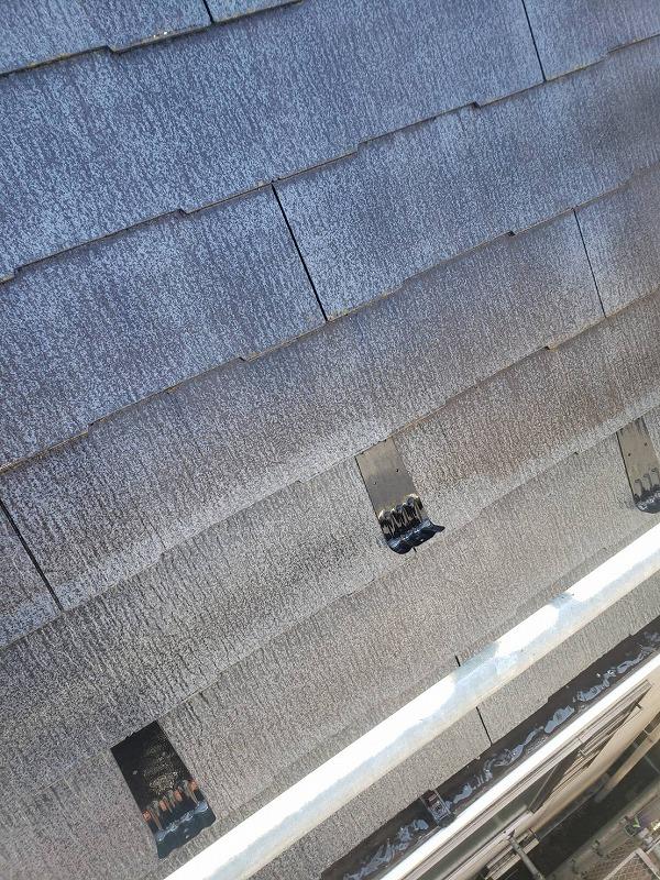 屋根の高圧洗浄の続きです。洗ってあるところと洗っていないところが一目瞭然ですね。