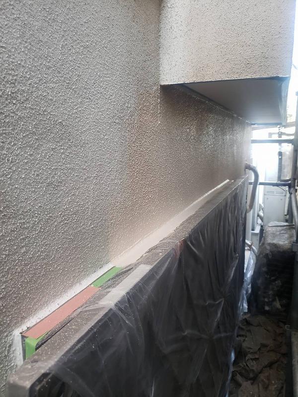 外壁の中塗りです。塗り漏れがないように丁寧に塗っていきます。