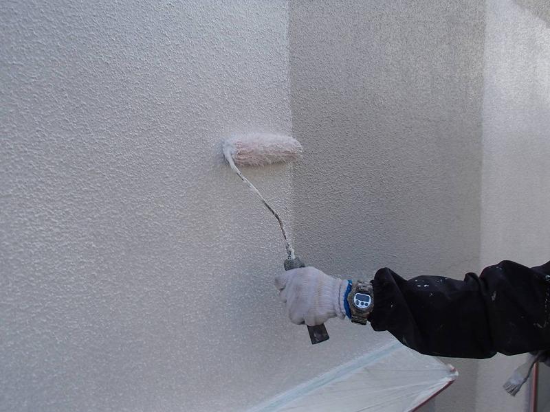外壁の下塗りがスタートしました。下塗りはこの後に塗る塗料の密着を高めるために使います。