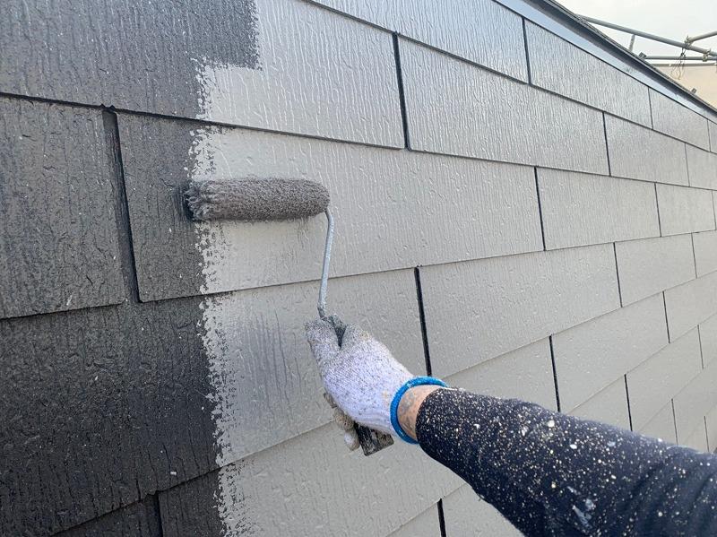 屋根の中塗りです。遮熱効果の高い塗料を使っています。