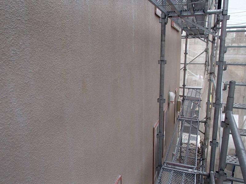 外壁の下塗りが終わりました。下塗りにはこの後に塗る塗料の付きを良くする効果があります。