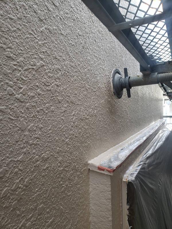 外壁の塗装中に、足場の揺れを防ぐ「壁当て」は浮かせて作業します。