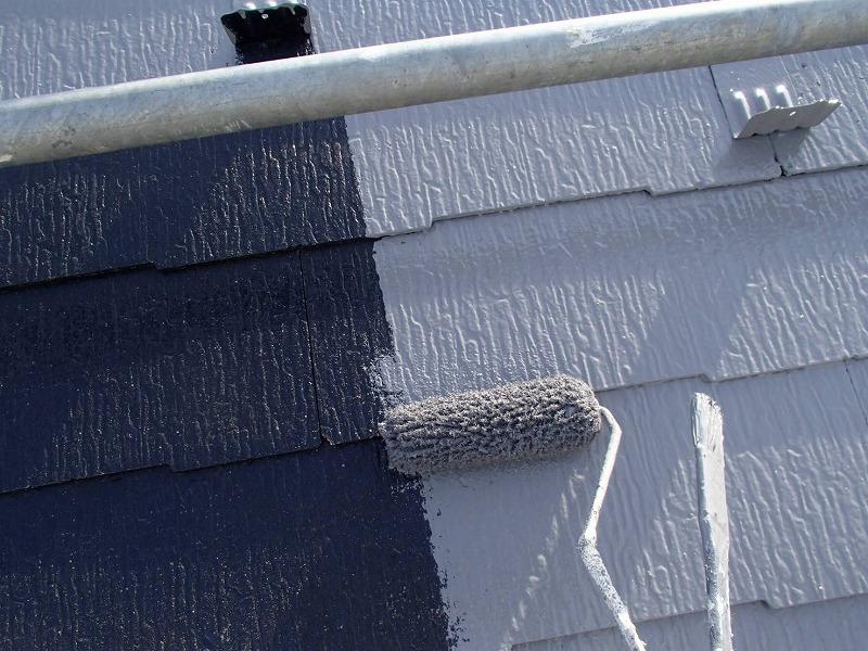 外壁の中塗りがスタートしました。金属の雪止めも塗ることで、色が同化して目立たなくなります。