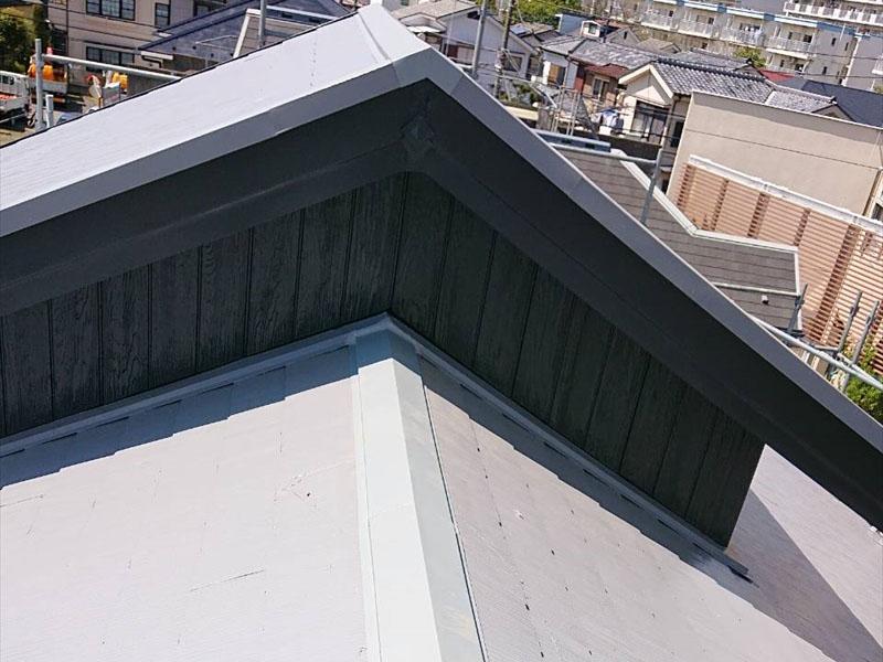 棟板金の交換が終わりました。この後、塗装をして屋根と同じ色に揃えます。