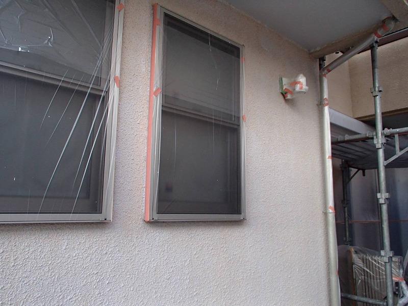 外壁の下塗りが出来上がりました。窓や雨樋等は塗料がつかないようにシートで覆って養生しています。