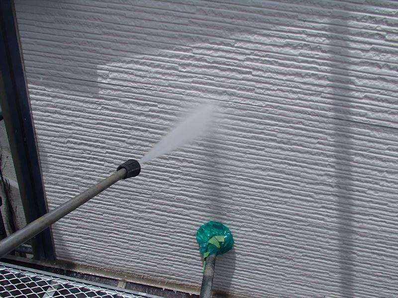 こちらは壁の高圧洗浄の様子です。