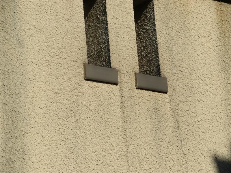 ベランダの飾りの穴にある笠木部分から水が伝って汚れていました。