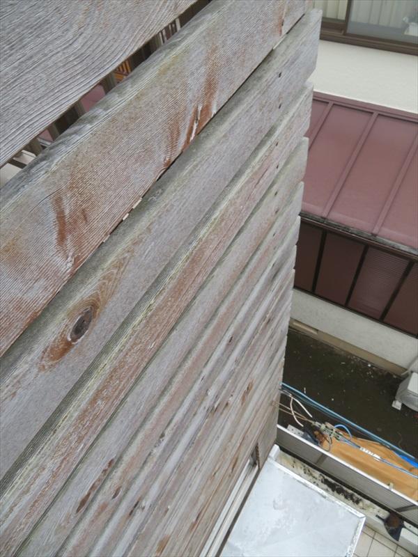 玄関上のウッドフェンスは退色しています。