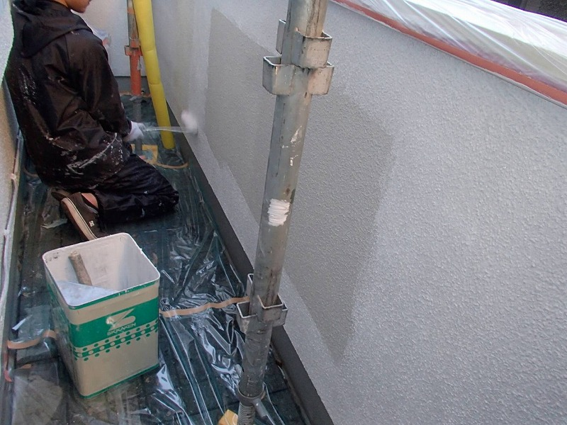 ベランダ内側の下塗り。塗りにくいところをしっかりと塗ってから、中側を塗りつぶしていきます。
