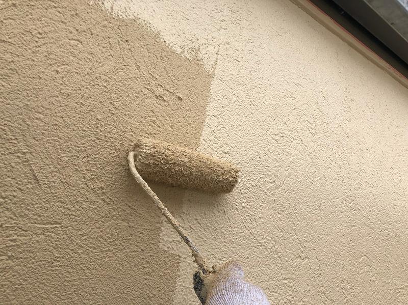 外壁の上塗りをしています。