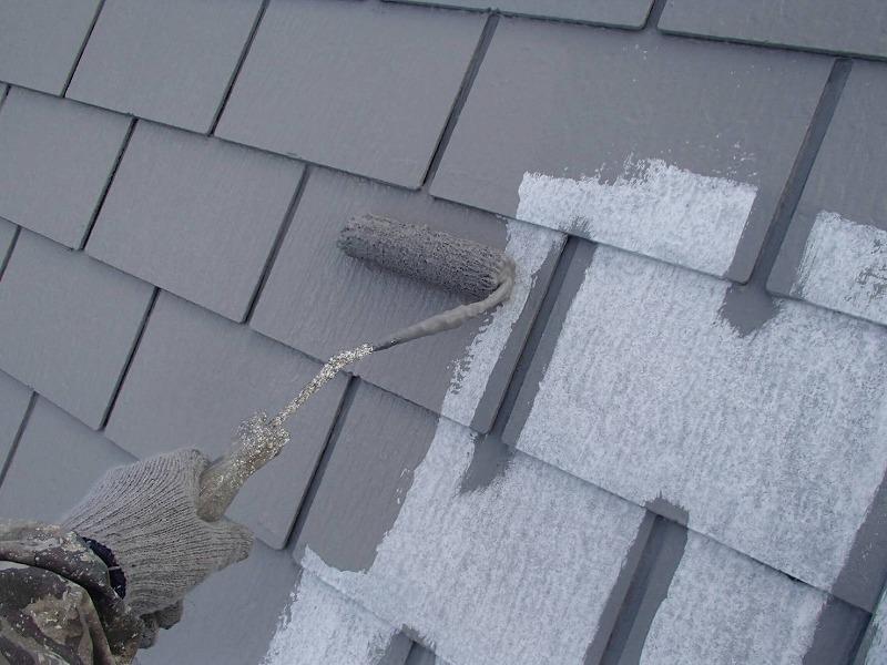 屋根の中塗りもスレート瓦の隙間部分を塗ってから全体を塗ることで、色ムラが出ないようにしています。