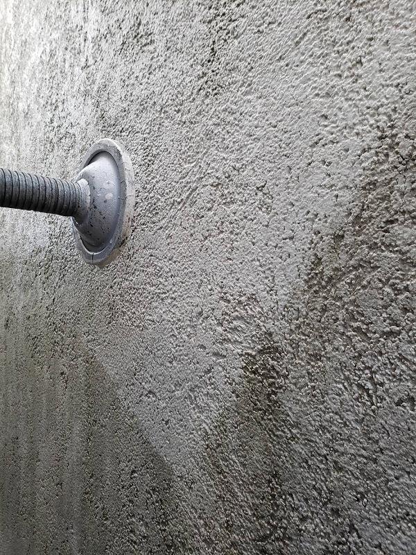 こちらも外壁の高圧洗浄。壁の模様の隙間まで汚れが落ちていることが分かります。