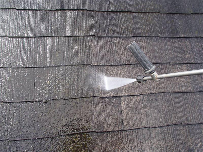 屋根の汚れを高圧洗浄で洗い流していきます。