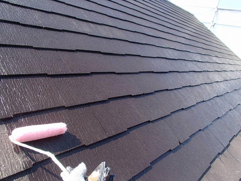 屋根の下塗りがスタート。この時に割れがないかチェックしていきます。