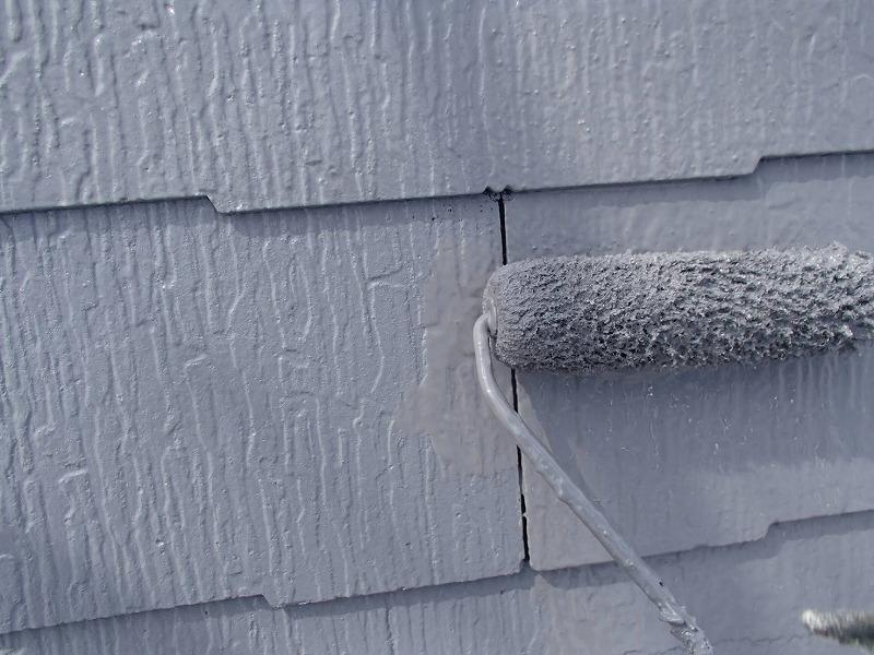 屋根の上塗りをしています。瓦と瓦の隙間など、段差や隙間もきっちりとダメ直しが出ないように塗っていきます。