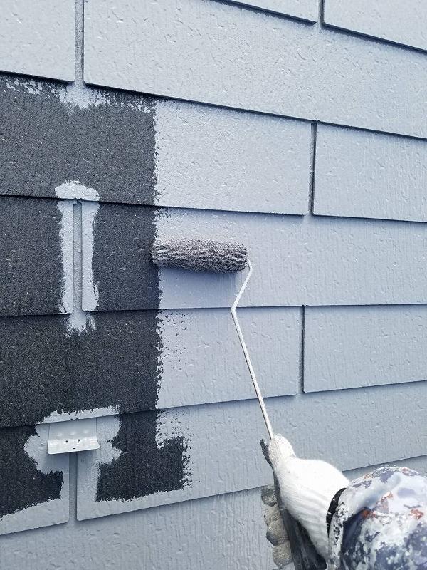屋根の中塗りです。雪止めや瓦と瓦の隙間など、凹凸が多い部分をしっかりと塗ってから、全体を塗っていきます。