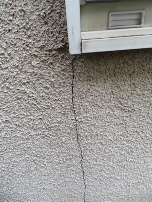 壁のひび割れがありました。