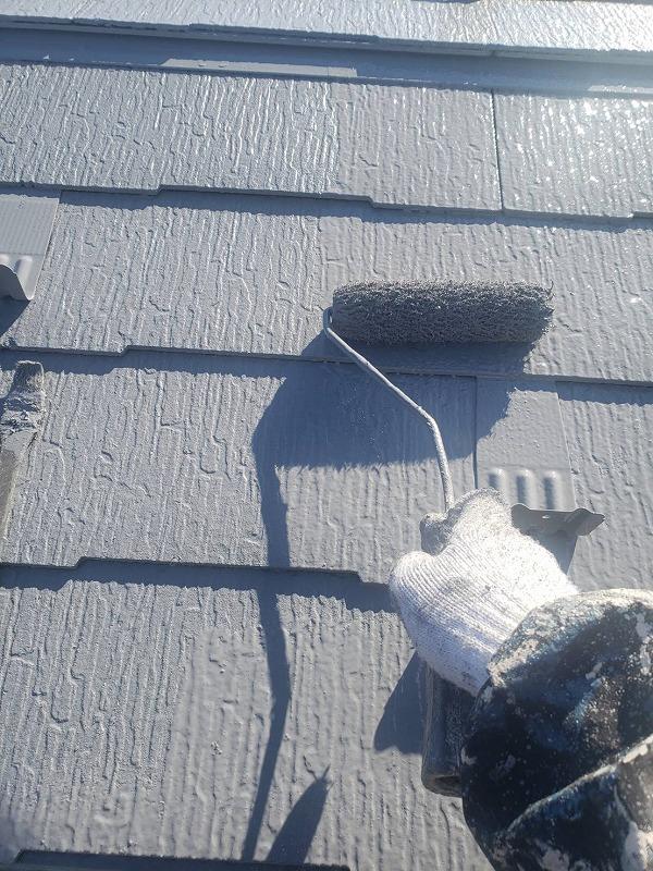 金属製の雪止めも塗装しています。これにより屋根と雪止めの色が馴染むので、屋根の上で雪止めがキラキラと目立つことがなくなります。