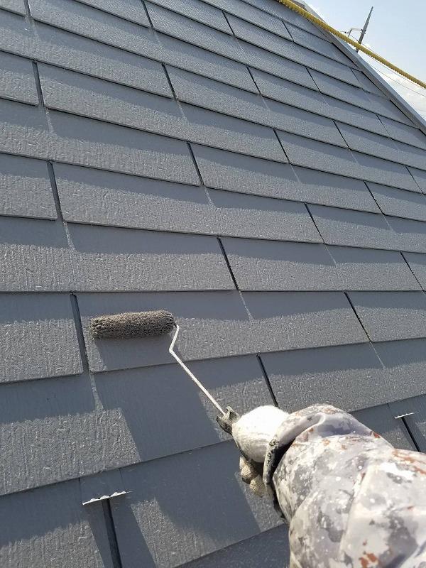 屋根の上塗りです。雪止めも同じ塗料で塗っているので、金属のキラキラとした光がなくなって目立たなくなります。