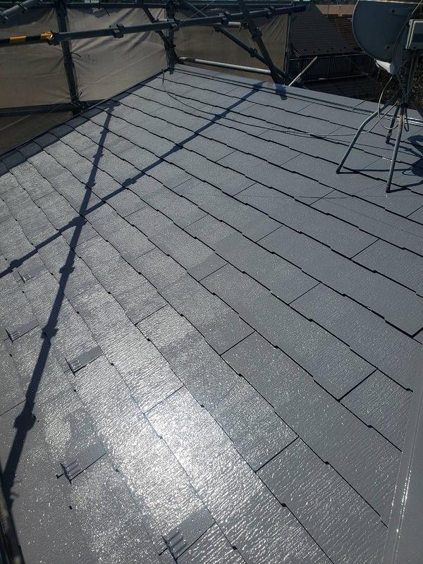 屋根の中塗りが始まりました。遮熱効果の高いグレーの色です。