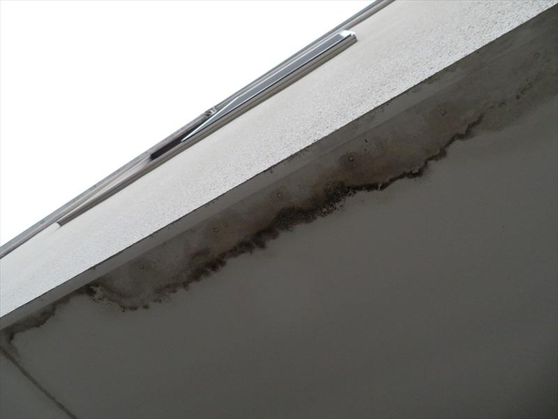 軒裏の汚れがありますが、雨漏りにつながるようなひび割れや室内側の雨漏りもなく、原因がわかりませんでした。