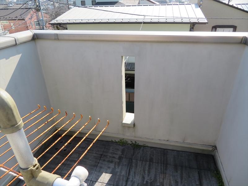 3階テラスの内側は湿気がこもりやすいこともあって、若干の汚れが出ていました。
